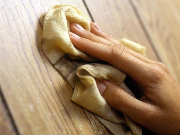 Lau sạch nấm mốc trên bề mặt tủ gỗ