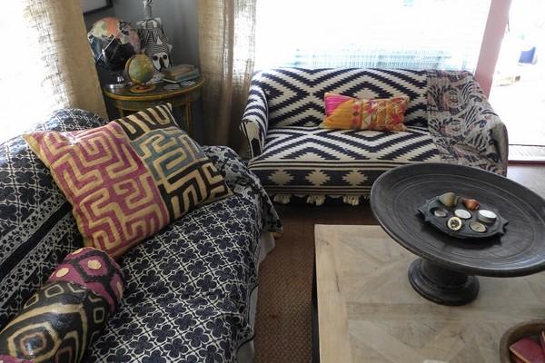Sử dụng vải bọc và gối dựa họa tiết thổ cẩm trang trí sofa