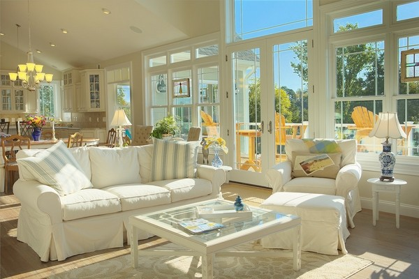 màu trắng sofa kết hợp với kiểu gối ôm sọc